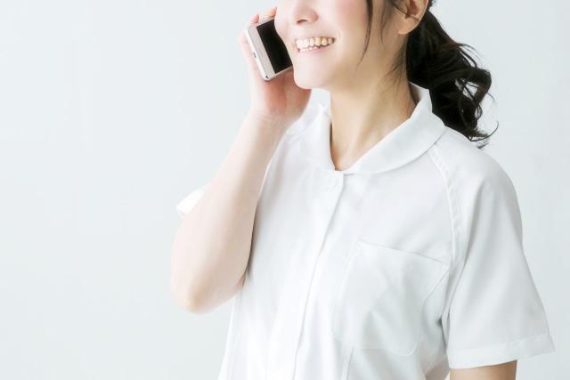 転職コンサルタントと電話する看護師